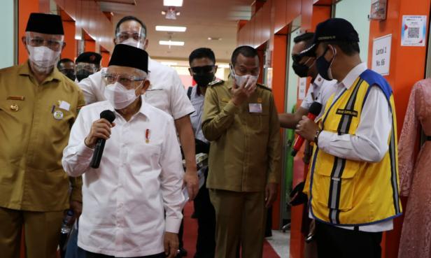 Wapres Ma'ruf Amin bersama Gubernur Sumbar Mahyeldi Ansharullah, Wali Kota Pariaman Genius Umar dan pejabat lain dari kementerian saat melihat pasar rakyat Kota Pariaman, Selasa, 6 April 2021