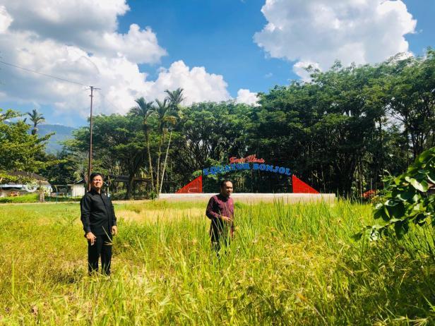 Wakil Ketua Komisi II DPRD Pasaman, Yulisman bersama Anggota Welly Suheri saat melihat kondisi Taman Wisata Equator