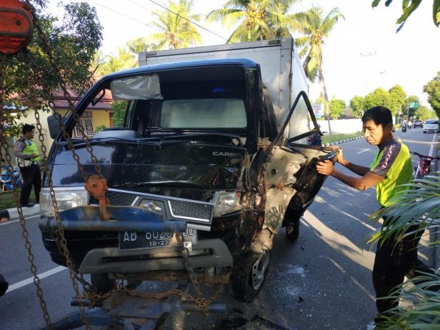 Mobil setelah menabrak pohon