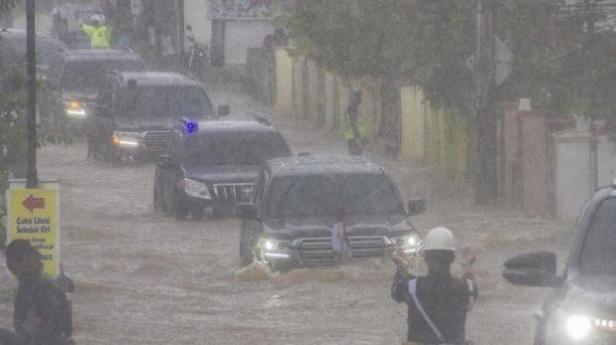 Beredar foto mobil dinas Presiden Jokowi terobos genangan air saat tinjau lokasi banjir di Kalimantan.