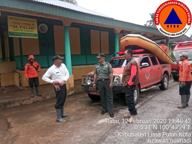 Kalaksa BPBD Lima Puluh Kota saat turun ke lapangan pasca banjir di Pangkalan