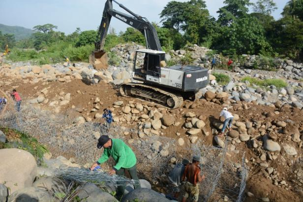 Sejumlah pekerja tengah memasang batu brojong di intake Baringin.