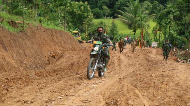 Kasiter Korem 032 Wirabraja saat menjajal jalan baru TMMD Ke-109 di Pessel