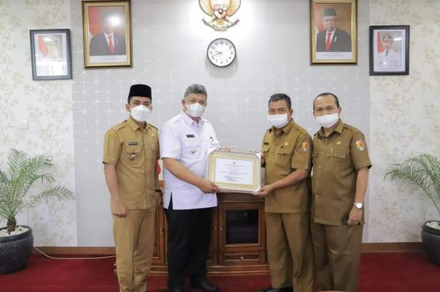 Wako dan Wawako Solok, H. Zul Elfian-Ramadhani menerima penghargaan APE Madya