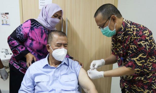 Nasrul Abit saat divaksin di RSUP M Djamil Padang