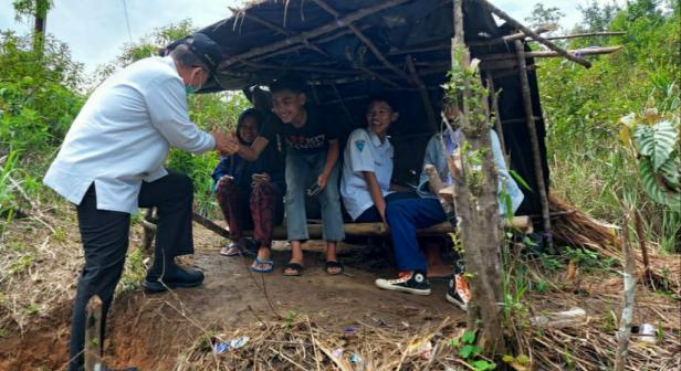 Wagub Sumbar Nasrul Abit saat mengunjungi tempat siswa mencari sinyal di puncak bukit Nagari Pagadih Kecamatan Palupuh Kabupaten Agam