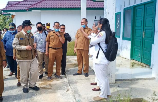 Wagub Sumbar Nasrul Abit saat mengunjungi fasilitas kesehatan dan membagikan APD di Mentawai