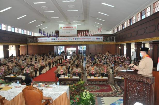Nasrul Abit saat memberikan arahan di kegiatan Pramuka.