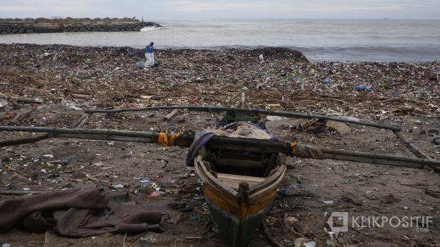 Kapal nelan sandar di Pantai Muaro Padang