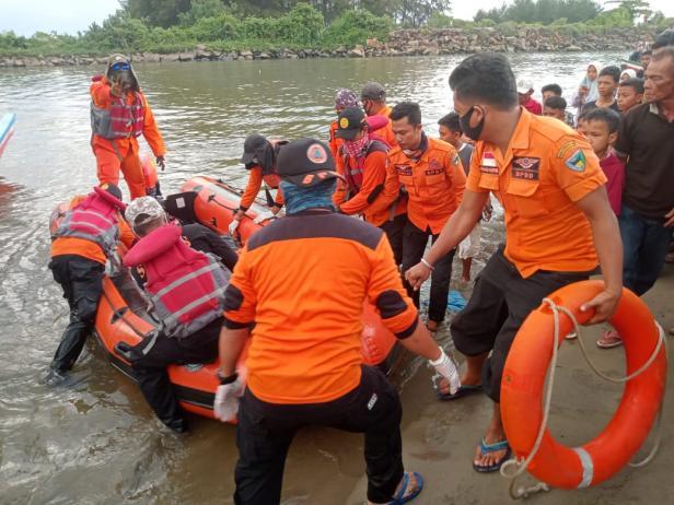 Proses evakuasi jasad korban setelah ditemukan
