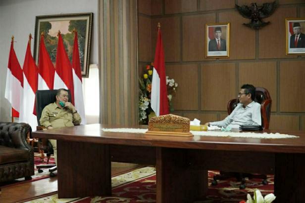 Gubernur Sumbar Irwan Prayitno saat bertemu Wagub Sumbar Nasrul Abit di ruang kerja gurbernur, Senin, 7 Desember 2020