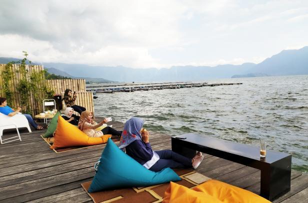 Ngopi di PalantAbo (pinggir Danau Maninjau)