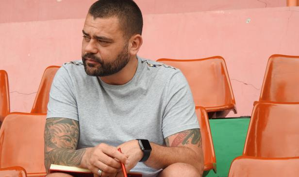 Wesley Peter, Scout Talent asal Inggris tengah memantau pemain di Stadion Sultan Agung, Bantul