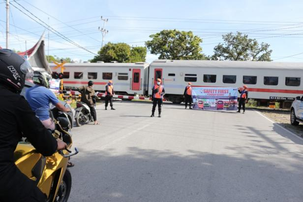 Petugas PT KAI ingatkan masyarakat untuk patuhi rambu saat lewati perlintasan kereta api
