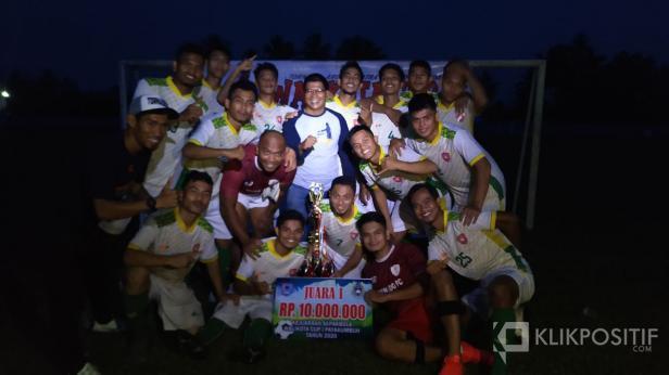 Tim Tornado FC Riau foto bersama Plt. Kadisparpora Payakumbuh usai juarai Wali Kota Cup I Payakumbuh