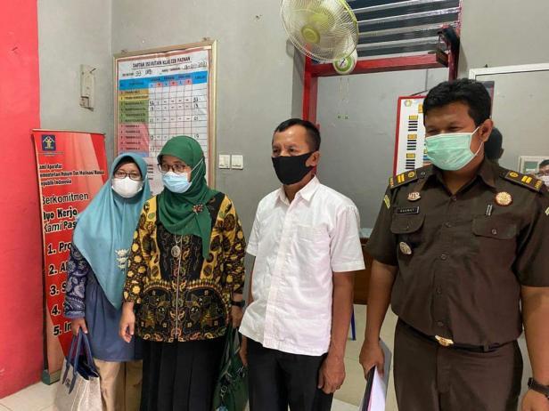Oknum Wali Nagari Taratak Pessel saat ditahan Jaksa