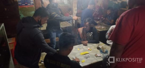Opsnal Reskrim Polres Lima Puluh Kota saat mengamankan pelaku Judi di Kecamatan Bukitbarisan