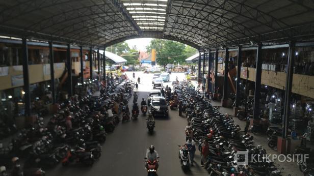 Kondisi parkir di bawah kanopi Pasar Pusat Payakumbuh, beberapa waktu lalu.
