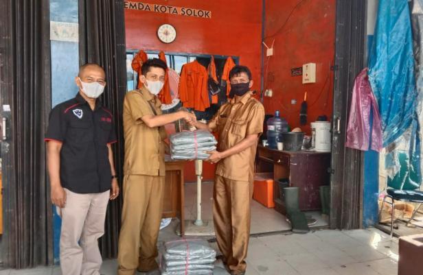 Penyerahan bantuan baju hazmat dari PKSI kepada petugas BPBD Kota Solok