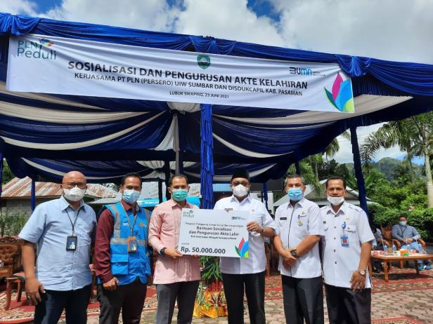 PLN Unit Induk Wilayah Sumatera Barat bersama Dinas Kependudukan dan Pencatatan Sipil (Disdukcapil) Provinsi Sumatera Barat menunjuk Kabupaten Pasaman sebagai tempat kegiatan sosialisasi akta kelahiran di kantor Disdukcapil Kab. Pasaman, pada Rabu (23/06).