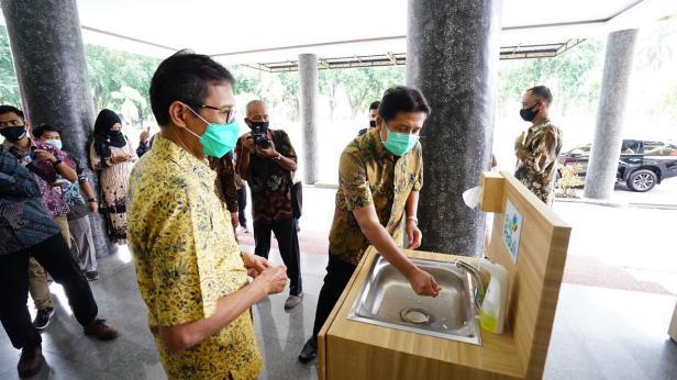 GM PLN UIW Sumbar tengah mencoba mencuci tangan di wastafel, Jumat (12/6)