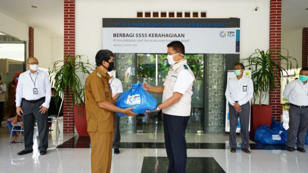 Penyerahan paket kebahagiaan 5555 oleh GM PLN UIW Sumbar  Bambang Dwiyanto, Senin (20/4)