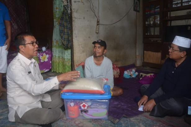 Plt, Bupati Solsel Abdul Rahman Mengunjungi warga yang menderita kelumpuhan di Jorong Talunan Baru II Nagari Talunan Maju, Sangir Balai Janggo, Solsel Selasa (25/2).