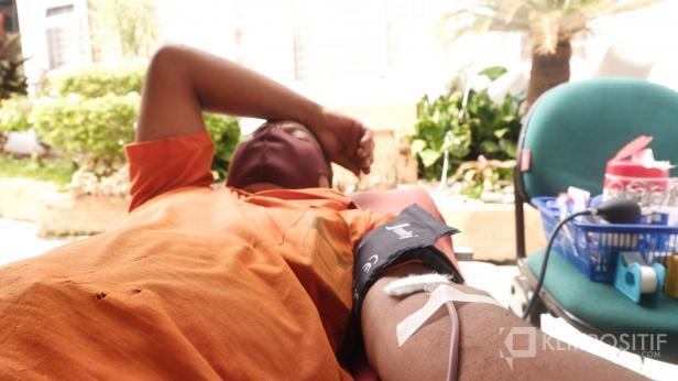 Seorang petugas Pasar Raya Padang melakukan aksi donor darah