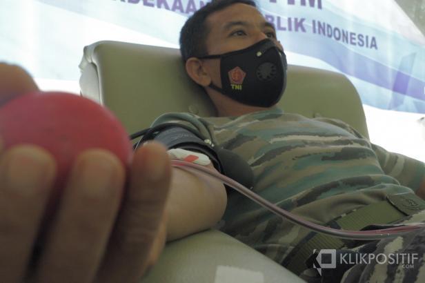 Seorang personel TNI AL Melakukan donor Plasma di PMI Kota Padang