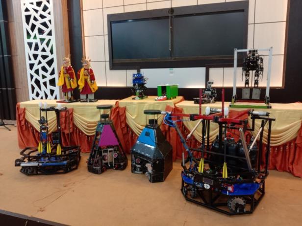 Sejumlah robot hasuil karya mahasiswa PNP dipajang saat lounching Tim Robotik PNP menuju Kontes Robot Indonesia 2021 di Gedung C Kampus PNP.