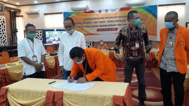 Direktur PNP Surfa Yondri menandatangani kesepakatan kerjasama dengan SMK Negeri 1 Padang dan SMK Negeri 5 Padang, serta dengan pelaku industri untuk program D-II Fast Track
