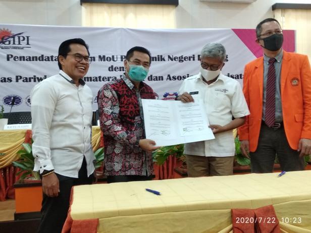 Direktur PNP Surfa Yondri (dua dari kiri) dan Kepala Dinas Pariwisata Provinsi Sumatera Barat Novrial (dua dari kanan) melakukan MoU dibidang pengembangan SDM Pariwisata.