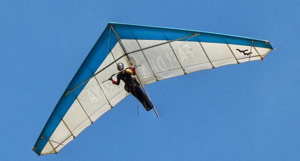 Atlet Gantole Sumatera Barat NSR Yalatif M melayang tinggi dilangit Papua dalam lanjuta PON XX Papua 2021, di Lapangan Advent Doyo Baru, Kabupaten Jayapura, Minggu (26/9).