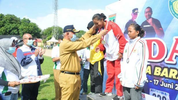 Gubernur Sumbar didampingi Ketua PASI Sumbar Sengaja Budi Syukur saat mengalungkan medali kepas atlet
