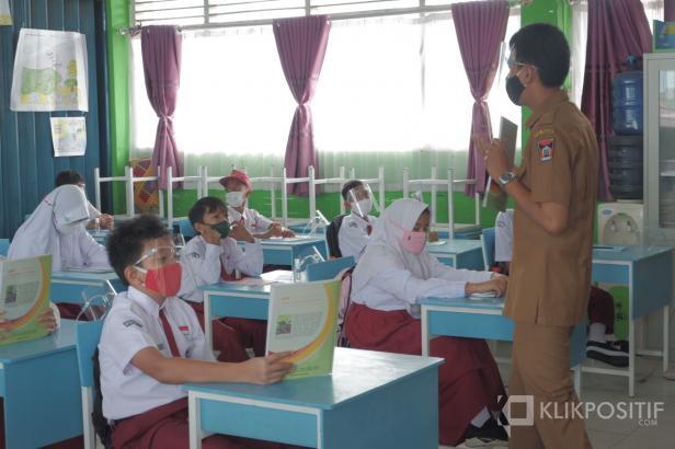 Seorang guru mengajar di sekolah (ilustrasi)