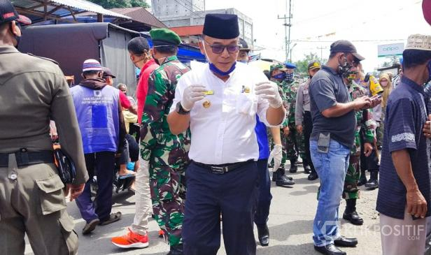 Bupati Pasaman Barat, Yulianto bersama Forkopimda mensosialisasikan lanjutan PSBB serta New Normal kepada pedagang, pengunjung Pasar Simpang Tiga Kecamatan Luhak Nan Duo.