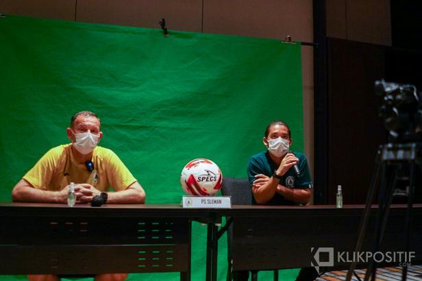Pelatih Dejan Antonic dan salah seorang pemain Kim Jeffrey Kurniawan saat press conference sebelum pertandingan.