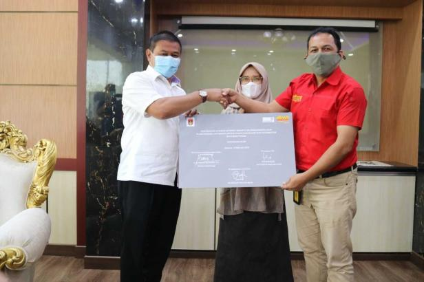 Indosat serahkan bantuan ke Pemko Bukittinggi