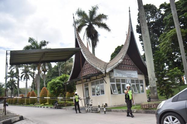 Personil pengamanan dari PT Semen Padang tengah melakukan aktivitas penjagaan di Pos 1 Pintu Gerbang memasuki area PT Semen Padang di Indarung, Padang, Sumbar