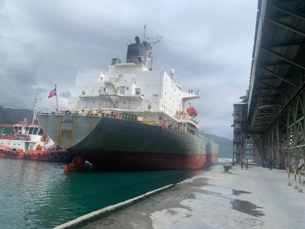 Kapal LV Luga berbendera Australia yang akan mengangkut semen produksi PT Semen Padang ke Australia bersandar di dermaga Pelabuhan Teluk Bayur Padang beberapa waktu lalu