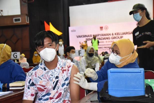 Muhammad Farhan, salah seorang keluarga karyawan mengikuti program vaksinasi di GSG Semen Padang.