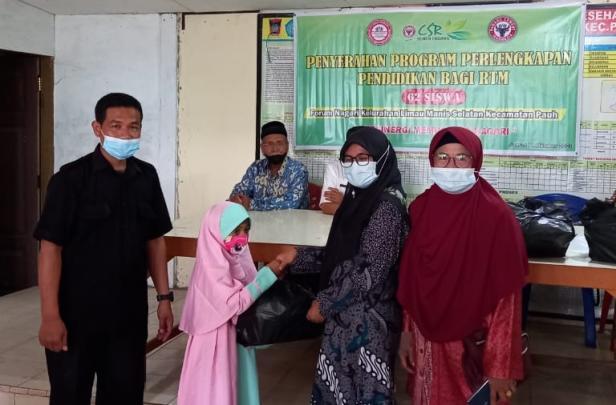Salah seorang pengurus Forum Rumah Pemberdayaan Masyarakat Limau Manis Selatan menyerahkan bantuan pendidikan kepada salah seorang penerima bantuan, Jumat (8/10/2021).