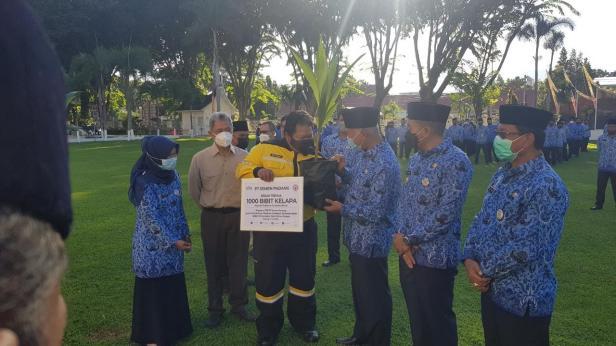 Staf  Environment Monitoring Officer Unit Health Safety Environment (SHE) PT Semen Padang Ferdy Dinardo menyerahkan secara simbolis 1000 bibit pohon kelapa kepada Gubernur Sumbar Mahyeldi Ansharullah, Kamis (17/6/2021).