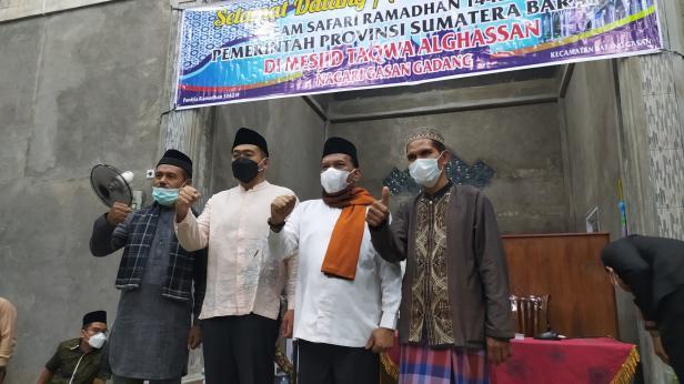 Wagub Sumbar Audy Joinaldy bersama Wabup Padang Pariaman Rahmang dan pengurus Masjid Taqwa Alghassan Nagari Gasan Gadang Kecamatan Batang Gasan, Rabu (5/5/2021)
