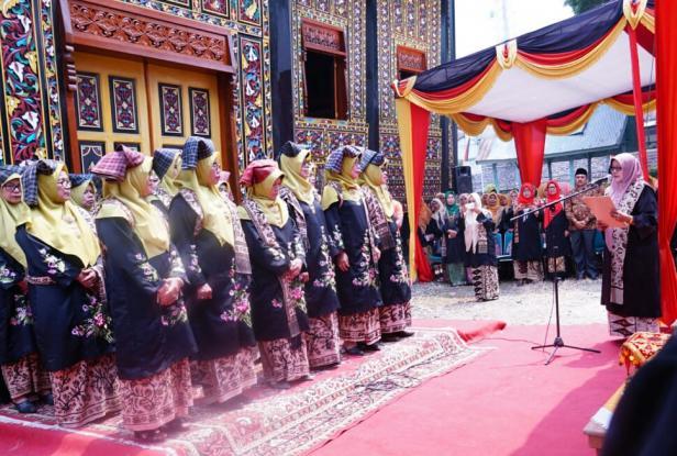 Perempuan Minang sedang memakai busana Limpapeh Rumah Nan Gadang.