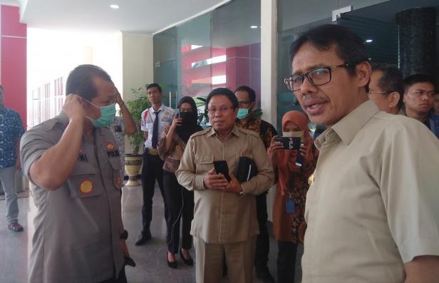 Gubernur Sumbar Irwan bersama Kapolda Sumbar Irjen Pol Toni Hermanto usai Videoconference dengan Presiden Jokowi