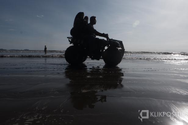 Wisatawan menggunakan kendaraan di Pantai Air Manis yang baru selesai direfitalisasi