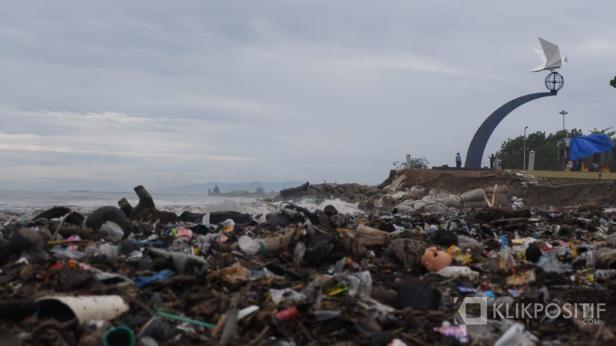 Pantai Padang dipenuhi sampah