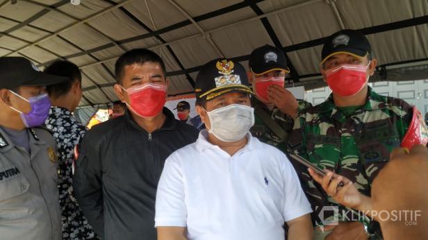 Wakil Bupati Ferizal Ridwan saat wawancara di Pos Penanganan Covid-19 di Perbatasan Sumbar Riau