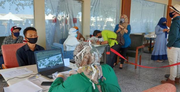 Tes swab karyawan hotel di Padang